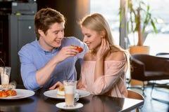 Couples romantiques dans l'amour prenant le déjeuner ensemble dans le restaurant Photographie stock