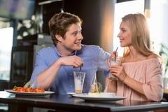 Couples romantiques dans l'amour prenant le déjeuner ensemble dans le restaurant Images stock