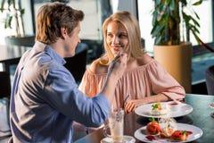 Couples romantiques dans l'amour prenant le déjeuner ensemble dans le restaurant Photos libres de droits