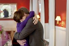Couples romantiques dans l'étreinte affectueuse Images stock