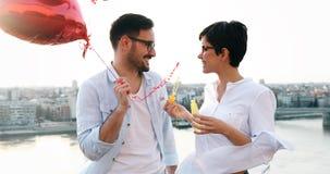 Couples romantiques dans la datation d'amour dans le coucher du soleil extérieur Photo stock