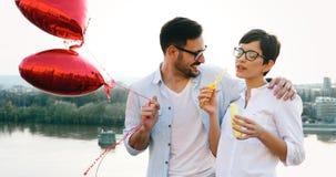 Couples romantiques dans la datation d'amour dans le coucher du soleil extérieur Images libres de droits