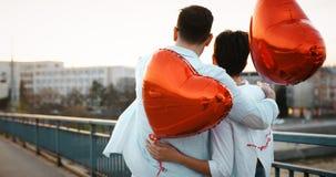 Couples romantiques dans la datation d'amour dans le coucher du soleil extérieur Images stock