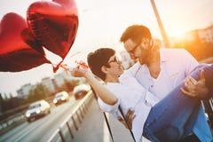 Couples romantiques dans la datation d'amour dans le coucher du soleil extérieur Photos stock