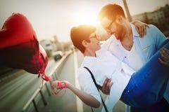 Couples romantiques dans la datation d'amour dans le coucher du soleil extérieur Image libre de droits