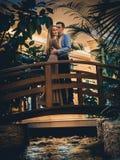 Couples romantiques dans la jungle tropicale près de The Creek Photos stock
