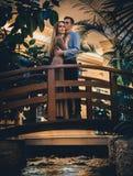 Couples romantiques dans la jungle tropicale près de The Creek Photo stock