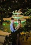 Couples romantiques dans la jungle tropicale près de la fontaine Photo libre de droits
