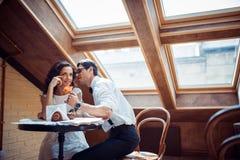 Couples romantiques dans la liaison d'amour en café Photographie stock