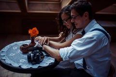 Couples romantiques dans la liaison d'amour en café Images stock