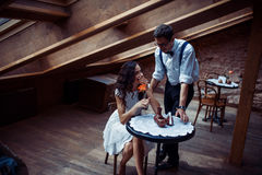 Couples romantiques dans la liaison d'amour en café Photographie stock libre de droits