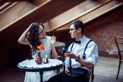 Couples romantiques dans la liaison d'amour en café Photo stock