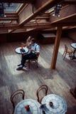Couples romantiques dans la liaison d'amour en café Photos libres de droits