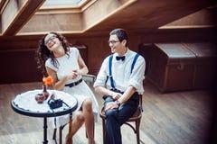 Couples romantiques dans la liaison d'amour en café Image stock