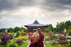 Couples romantiques dans la pagoda japonaise Photos stock