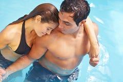 Couples romantiques dans la piscine photos libres de droits
