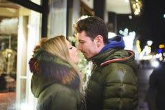 Couples romantiques dans la rue de nuit Photo stock