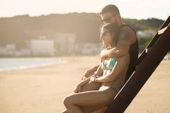Couples romantiques dans le coucher du soleil de observation de lever de soleil d'étreinte ensemble Jeune homme et femme dans l'a Images stock