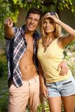 Couples romantiques dans le sourire vert Photographie stock
