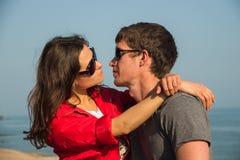 Couples romantiques dans les sunglases regardant dans les yeux Image stock