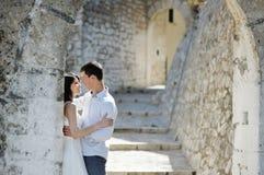 Couples romantiques dans Sperlonga près de Rome, Italie Photographie stock libre de droits