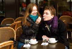 Couples romantiques dans un café parisien de rue Images libres de droits