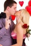 Couples romantiques de baiser dans l'amour Image stock