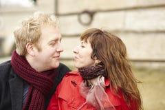Couples romantiques de datation à Paris photo stock
