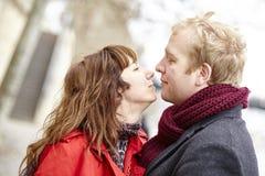 Couples romantiques de datation à Paris photo libre de droits