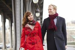 Couples romantiques de datation à Paris image stock
