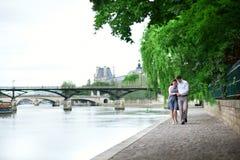Couples romantiques de datation marchant par l'eau Images stock