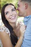 Couples romantiques de métis chuchotant en parc Images libres de droits