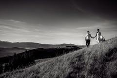 Couples romantiques de mariage marchant dans les montagnes Pékin, photo noire et blanche de la Chine Image libre de droits
