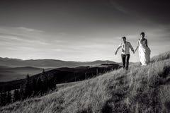 Couples romantiques de mariage marchant dans les montagnes Pékin, photo noire et blanche de la Chine Image stock