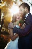 Couples romantiques de nouveaux mariés de valentyne de conte de fées étreignant et posant Photographie stock libre de droits