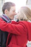 Couples romantiques de sourire heureux dans l'amour sur la rue Photo libre de droits