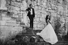 Couples romantiques de valentyne, jeunes mariés posant à o détruit Photo stock