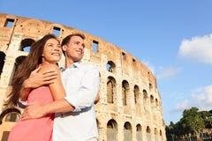 Couples romantiques de voyage à Rome par le Colisé Photos libres de droits