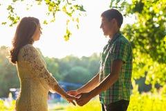 Couples romantiques dehors, vue de côté Photo libre de droits