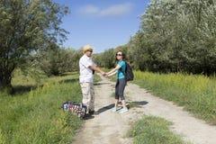 Couples romantiques des touristes marchant dans l'amour Photos stock