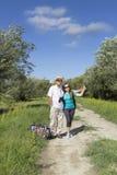 Couples romantiques des touristes marchant dans l'amour Image libre de droits