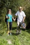 Couples romantiques des touristes marchant dans l'amour dans les montagnes Images stock