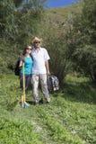 Couples romantiques des touristes marchant dans l'amour dans les montagnes Images libres de droits