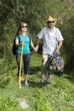 Couples romantiques des touristes marchant dans l'amour dans les montagnes Image libre de droits