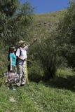 Couples romantiques des touristes marchant dans l'amour dans les montagnes Photos stock