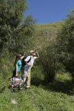 Couples romantiques des touristes marchant dans l'amour dans les montagnes Image stock