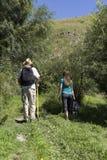 Couples romantiques des touristes marchant dans l'amour dans les montagnes Photo stock