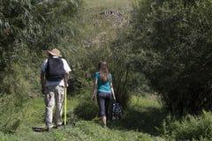 Couples romantiques des touristes marchant dans l'amour dans les montagnes Photo libre de droits