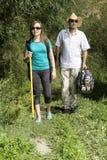 Couples romantiques des touristes marchant dans l'amour dans les montagnes Photographie stock