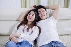Couples romantiques dormant ensemble sur le divan photographie stock libre de droits